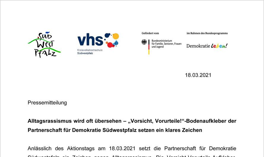 """Alltagsrassismus wird oft übersehen – """"Vorsicht, Vorurteile!""""-Bodenaufkleber der Partnerschaft für Demokratie Südwestpfalz setzen ein klares Zeichen"""